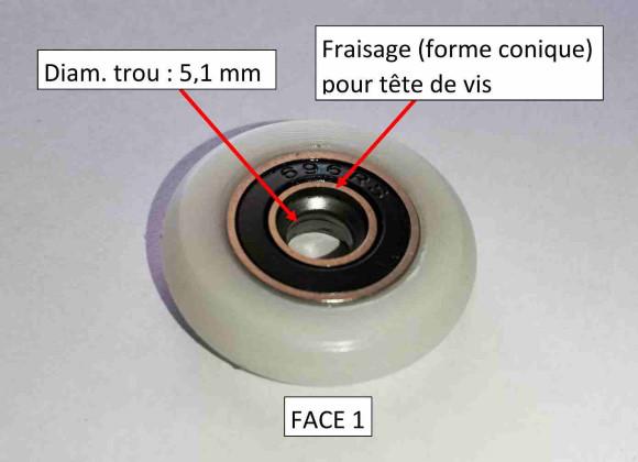 roulette de douche sur roulement à bille avec un trou au centre pour pour le passage d'une vis de fixation sur la porte de douche
